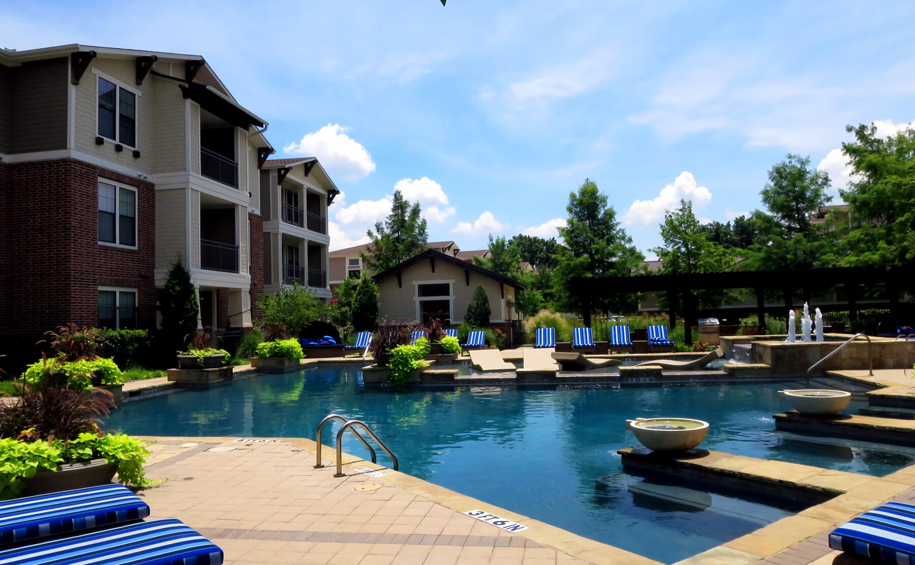 Lakewood Dallas Apartment Living - Poolside