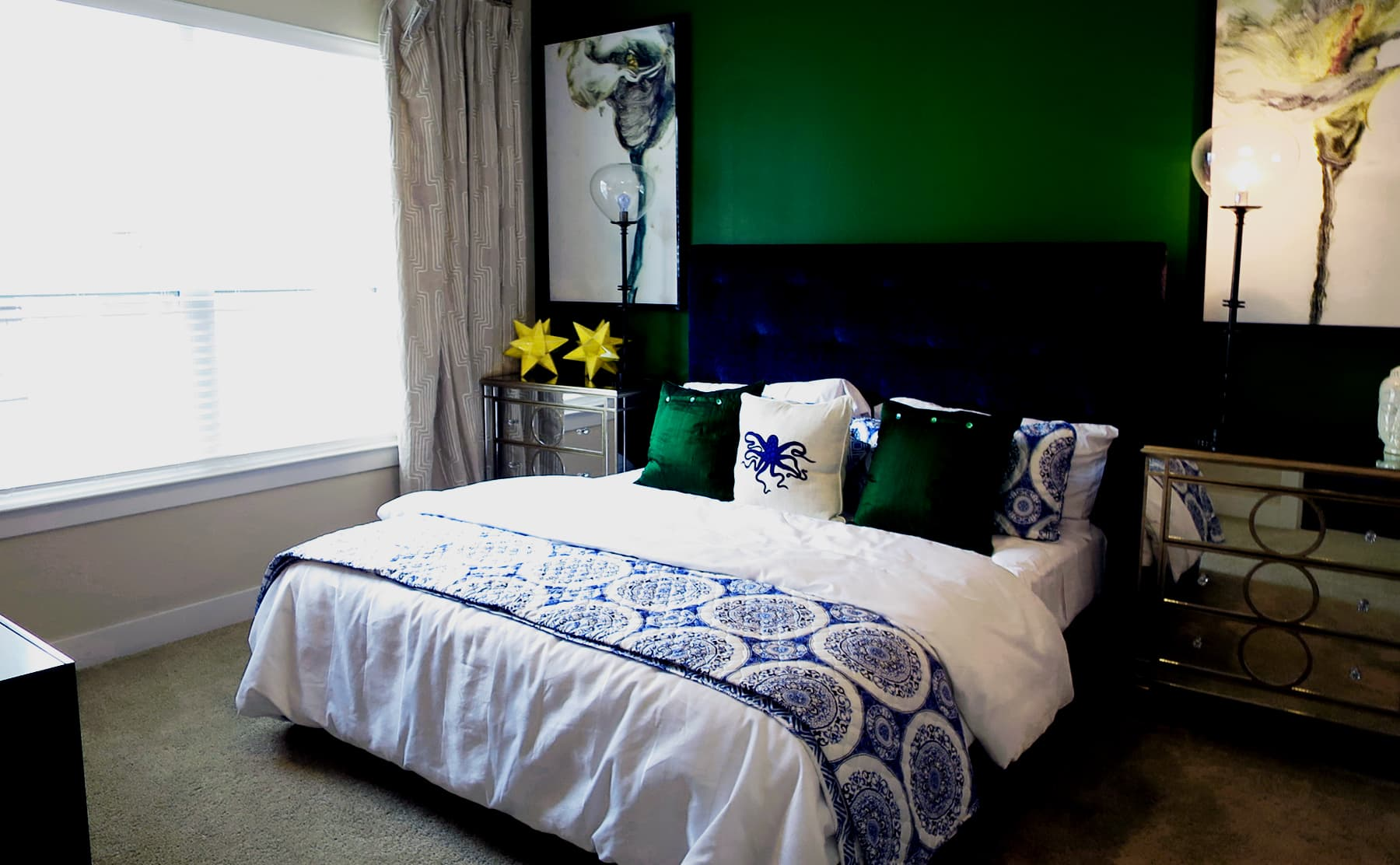 Apartments in Las Colinas - Irving with painted accent walls